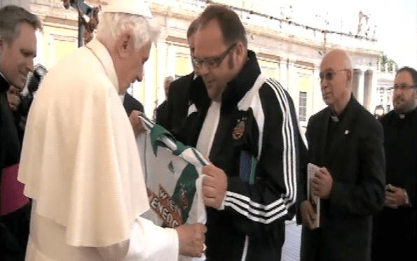 Calcio, Austria: ecco la maglia personalizzata del Rapid Vienna donata a papa Benedetto XVI