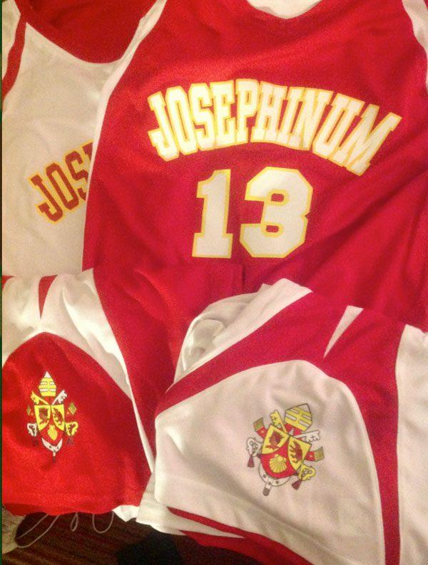 Benedetto-XVI-lascia-il-pontificato-josephinum-college-columbus-ohio-basket-team-uniform
