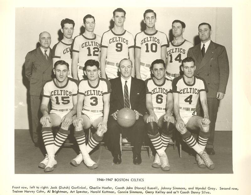 Maglia da basket con le maniche sotto i riflettori dopo l'annuncio che i Golden State Warriors useranno un nuovo modello per tre partite di regular season Nba. Sono davvero i primi ad usare una maglia da basket con le maniche? Per quanto riguarda l'Nba sono i primi. Le t-shirt al posto delle canottiere sono state usate varie volte, ma mai come divise ufficiali. Il caso più evidente è la maglia con le maniche dei Boston Celtic nella stagione 1946/47. Si tratta della prima stagione della Basketball Association of America che poi dal 1949 si è fusa con la National Basketball League per dare vita alla National Basketball Association.  A livello storico non possiamo inserire la maglia da basket con le maniche dei Boston Celtics del 1946 nella Nba, che è ufficialmente nata tre anni dopo. Per questo motivo i primi a mettere una maglia da basket con le maniche negli Usa sono i Golden State Warriors con il modello adidas giallo presentato nei giorni scorsi. Perché nel 2013 si è deciso di lanciare un modello di maglia da basket con le maniche? Prima di tutto perché la tecnologia adidas permette di avere un modello che nonostante le maniche pesa il 26% in meno della canottiera. Secondo motivo è perché si cerca di vendere maglie ai tifosi e non è facile farlo con quella da basket. Chi le indossa anche fuori casa spesso mette sotto una t-shirt: con la maglia da basket con le maniche il problema è risolto. Non da ultimo si torna a parlare di patch con gli sponsort da piazzare sulle divise Nba: si inzierà nel 2014/15. Ma saranno piazzate sulla parte frontale in alto a sinistra e non sulle maniche.  I Brooklyn Nets prossima squadra Nba con la maglia da basket con le maniche  Un articolo di Erik Siemers, giornalista del Portland Business Journal, racconta dei retroscena sulla nuova maglia da basket con le maniche dei Golden State Warriors nella Nba. I designer adidas hanno lavorato 18 mesi con lo staff del team Nba per trovare le soluzioni migliori. La scelta è caduta sulla squadra 