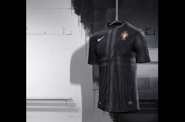 Portogallo, maglia Nike nera come roccia vulcanica